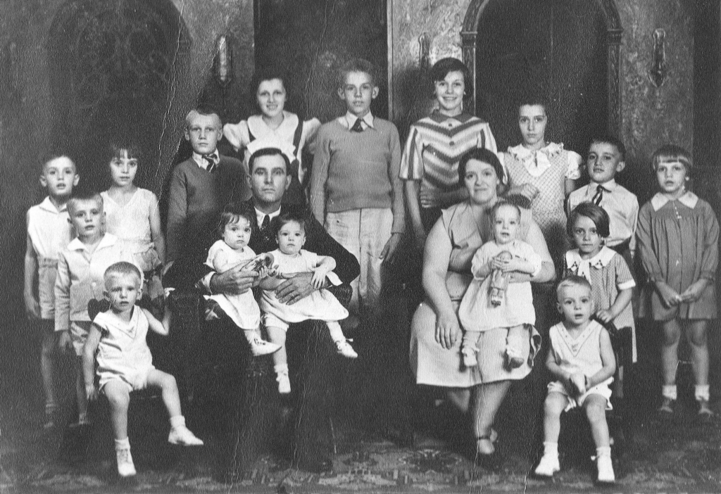 Gilchrist family in 1933. Corliss is in the back row on the far left